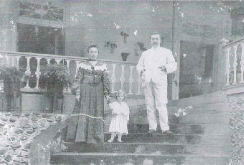 Dr. Karl Ernst Julius Lohmann e esposa Louise Schepper com filha Helena Lohmann.